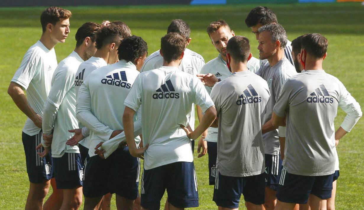 Pelatih Spanyol, Luis Enrique, memberikan arahan kepada anak asuhnya saat sesi latihan jelang laga UEFA Nations League di Stadion Olimpiyskiy, Senin (12/10/2020). Spanyol akan berhadapan dengan Ukraina. (AP/Efrem Lukatsky)