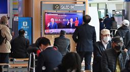 Orang-orang menonton program berita televisi tentang pemilihan presiden (pilpres) AS yang menampilkan gambar Presiden Donald Trump (kiri) dan calon presiden dari Partai Demokrat Joe Biden (kanan), di sebuah stasiun kereta api di Seoul, Korea Selatan pada Rabu (4/11/2020). (Photo by Jung Yeon-je/AFP)