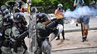 Demonstrasi di area industri Kwun Tong itu dihujani tembakan gas air mata yang dilepaskan polisi antihuru-hara Hong Kong. (AFP)