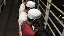 Jemaah melaksanakan salat tarawih di atas Jembatan Penyebrangan Orang (JPO) Mushola Mifhtaul Jannah di Kawasan Pasar Gembrong, Jakarta, 5 Mei 2019. JPO yang biasa digunakan untuk akses menyeberang mendadak jadi area ibadah salat tarawih pada bulan suci Ramadan 1440 H. (merdeka.com/Iqbal S. Nugroho)