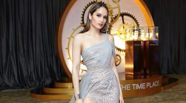 Penampilan Cinta Laura saat mengenakan dress panjang dengan potongan tinggi ini menjadi sorotan. Pasalnya, aktris sekaligus penyanyi satu ini terlihat cantik dan menawan disaat yang bersamaan. (Liputan6.com/IG/@claurakiehl)
