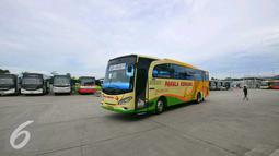 Bus yang tampak di terminal terpadu Pulo Gebang, Jakarta, Selasa (27/12). Terminal ini disebut-sebut sebagai yang terbesar se-Asia Tenggara, dan akan dijadikan basis utama bus-bus Antar Kota Antar Provinsi (AKAP). (Liputan6.com/Angga Yuniar)