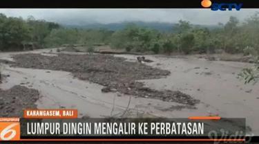 Warga Dinas Bukit Desa Sukadana, Kabupaten Karangasem dikejutkan dengan aliran air berwarna coklat keabuan menyerupai lahar dingin.