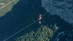 Flying Frenchies adalah olahraga ekstreem perpaduan terjun payung, selancar dan berjalan seimbang di atas tali, pegunungan Vercors Perancis, Rabu (9/11). (REUTERS/ redbullcontentpool)