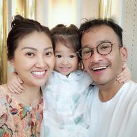 Sarwendah, Ruben Onsu, dan putri mereka, Thalia Putri Onsu. (Instagram/ruben_onsu)