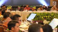Gubernur Bank Indonesia Perry Warjio (kiri) saat memimpin Rakor di Gedung BI, Jakarta, Rabu (4/9/2019). Rakor Pemerintah, Pemerintah Daerah, dan BI membahas Pengembangan Industri Manufaktur untuk meningkatkan pertumbuhan ekonomi secara berkelanjutan dan Inklusif. (Liputan6.com/Angga Yuniar)