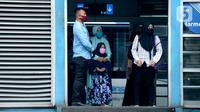 Penumpang menunggu bus transjakarta di Jakarta, Kamis (9/4/2020). Setelah melalui pengumuman resmi tentang PSBB pertanggal 10 April 2020 masyarakat diwajibkan mengunakan masker dalam menjalankan aktivitas sehari-hari guna memutus mata rantai penyebaran COVID-19. (merdeka.com/Imam Buhori)