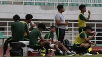 Para pemain Timnas Indonesia U-19 melepas dahaga psaat latihan di Stadion Pakansari, Bogor, Senin (30/9). Latihan ini merupakan persiapan jelang Piala AFF U-19 di Vietnam. (Bola.com/Vitalis Yogi Trisna)