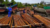 Personel Direktorat Polisi Air Polda Riau menyita 20 ton kayu olahan hasil ilegal logging di Kabupaten Kepulauan Meranti. (Liputan6.com/M Syukur)