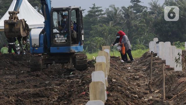 Warga berziarah di makam jenazah dengan protokol Covid-19, TPU Srengseng Sawah Dua, Jakarta, Kamis (18/3/2021). Dinkes DKI Jakarta mencatat penambahan kasus kematian akibat Covid-19 pada Maret 2021 berada diatas 40 atau meningkat dari 1,6 menjadi 1,7 persen. (Liputan6.com/Helmi Fithriansyah)