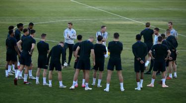 Pelatih Inggris, Gareth Southgate berbicara ke pemainnya selama sesi pelatihan di Ciudad Deportiva Luis del Sol, Sevilla (14/10). Inggris akan melawan Spanyol  dalam laga lanjutan Liga A Grup 4 UEFA Nations League 2018. (AFP Photo/Jorge Guerrero)