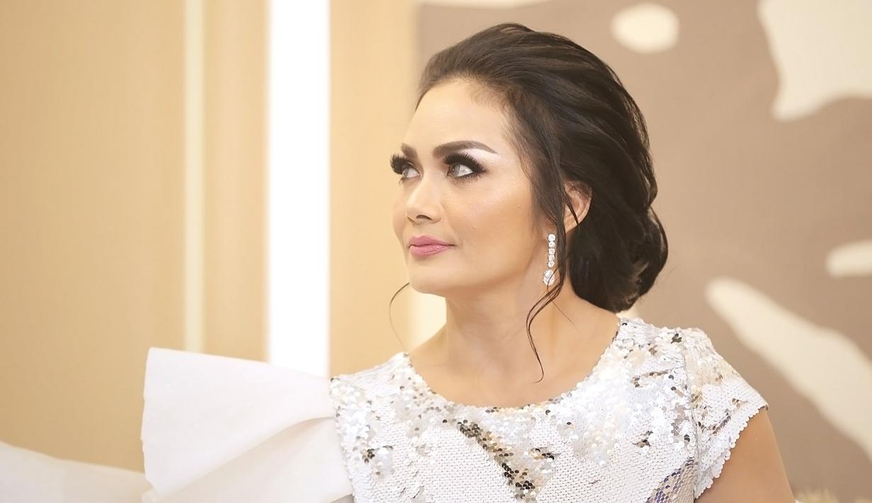 Krisdayanti di Malinda Gallery Kemang. (Bambang E Ros/Fimela.com)