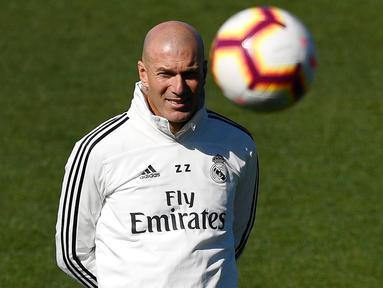 Pelatih Real Madrid Zinedine Zidane melihat para pemain berlatih di fasilitas pelatihan Valdebebas di Madrid (15/3). Zidane kembali melatih Real Madrid menggantikan Santiago Solari. (AFP Photo/Gabriel Bouys)