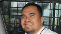 Saipul Jamil mengacungkan jempol saat berada di dalam mobil tahanan KPK, Jakarta, Kamis (22/12). Saipul Jamil usai diperiksa sebagai tersangka kasus dugaan suap penanganan perkara di Pengadilan Negeri Jakarta Utara. (Liputan6.com/Helmi Afandi)