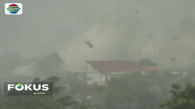 Cuaca buruk melanda kawasan Bogor Selatan, Kamis (6/12) sore. Angin puting beliung memporak-porandakan ratusan rumah, pohon, bahkan mengakibatkan satu orang meninggal dunia.