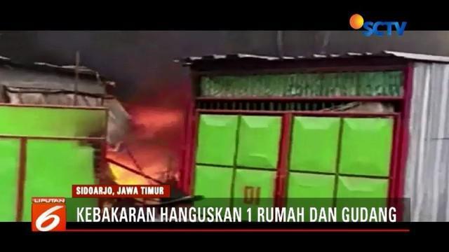 Kebakaran melanda satu rumah beserta gudang penyimpanan material besi tua dan kardus bekas di Sidoarjo, Jawa Timur. Kerugian ditaksir mencapai ratusan juta rupiah.