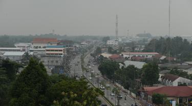 Suasana lalu lintas yang diselimuti kabut asap di provinsi Narathiwat di Thailand selatan (20/9/2019). Kabut asap akibat kebakaran hutan dan lahan di Indonesia kini dilaporkan mulai masuk ke Thailand bagian selatan. (AFP Photo/Madaree Tohlala)