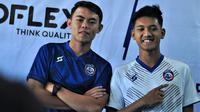 Launching seragam baru Arema diwakili Vikrian Akbar dan Titan Fawazzi (11/1/2020). (Bola.com/Iwan Setiawan)