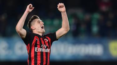 Striker AC Milan Krzysztof Piatek menyapa penonton usai mengalahkan Chievo pada pekan ke-27 Liga Italia di Stadion Marcantonio Bentegodi, Verona, Sabtu (9/3). Piatek mencetak gol penentu untuk kemenangan AC Milan. (Miguel MEDINA/AFP)