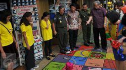 Slamet Raharjo dan sejumlah warga melihat seni mural di trotoar Cikini, Jakarta, Senin (14/12/2015). Mural yang dibuat di atas trotoar sepanjang 120 meter ini merupakan rangkaian kegiatan Fun Actv Art Mural 2015. (Liputan6.com/Gempur M Surya)