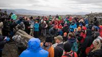 Warga Islandia menggelar pemakaman unik untuk mengenang kepergian gletser yang mencair cepat karena perubahan iklim. (Jeremie Richard/AFP)