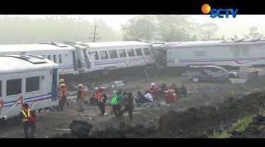 Sekitar 100 pekerja dari PT KAI masih bekerja keras mengevakuasi empat gerbong dan lokomotif Kereta Api Sancaka yang masih berada di lokasi kecelakaan.