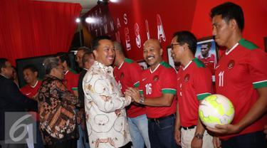 Menpora Imam Nahrawi (tengah) menyalami mantan Kapten Timnas Indonesia usai meresmikan gerai pojok PSSI di Kongres PSSI 2017, Bandung (8/1). 13 mantan penggawa Timnas Indonesia hadir dalam peresmian tersebut. (Liputan6.com/Helmi Fithriansyah)