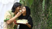 Ria Irawan dan Mayky Wongkar memakan kue merayakan pernikahannya di kediamannya di Lebak Bulus, Jakarta, Jumat (23/12). Diketahui suami Ria adalah asistennya yang sudah mendampinginya selama 12 tahun terakhir. (Liputan6.com/Herman Zakharia)