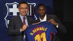 Melakukan beberapa transfer ajaib. Uang senilai 222 juta Euro yang didapat seperti mubazir dengan pembeian beberapa pemain. Pertama adalah pembelian Ousmane Dembele dari Borussia Dortmund pada 2017 dengan nilai transfer 105 juta Euro. (AFP/Lluis Gene)