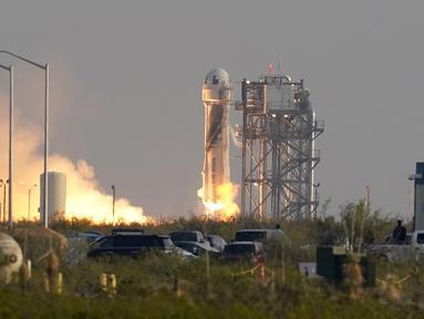 Roket New Shepard Blue Origin diluncurkan dari pelabuhan antariksa dekat Van Horn, Texas, Amerika Serikat, Selasa (20/7/2021). Roket membawa pendiri Amazon Jeff Bezos, Mark Bezos, Oliver Daemen, Wally Funk. (AP Photo/Tony Gutierrez)