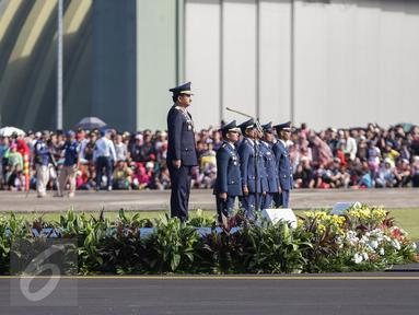 Kepala Staf Angkatan Udara (KSAU), Marsekal TNI Hadi Tjahjanto memimpin upacara peringatan Hari Ulang Tahun (HUT) ke-71 di Taxi Way Skuadron Udara Bandara Halim Perdanakusuma, Jakarta, Minggu (9/4). (Liputan6.com/Faizal Fanani)