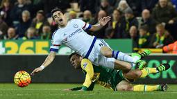 Pemain Chelsea, Oscar, dilanggar pemain Norwich City, Jonathan Howson, dalam laga Liga Inggris di Stadion Carrow Road, Norwich, Rabu (2/3/2016) dini hari WIB. (AFP/Ben Stansall)