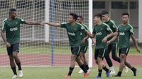 Pemain Timnas Indonesia U-22, Marinus Wanewar, melakukan tos dengan Nur Hidayat saat latihan di Stadion Madya Senayan, Jakarta, Selasa (22/1). Latihan ini merupakan persiapan jelang Piala AFF U-22. (Bola.com/Yoppy Renato)