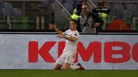 Pemain AC Milan, Krzysztof Piatek melakukan selebrasi usai mencetak gol ke gawang AS Roma pada laga pekan ke-22 Serie A di Stadion Olimpico, Roma, Italia, Minggu (3/2). AS Roma  menahan imbang AC Milan 1-1. (AP Photo/Gregorio Borgia)
