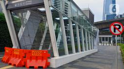 Suasana pintu masuk menuju stasiun MRT Benhil yang ditutup, Jakarta, Selasa (29/4/2020). PT MRT Jakarta (Perseroda) menutup sementara layanan Stasiun Bendungan Hilir (Benhil) dan Stasiun Senayan sebagai bentuk dukungan penerapan pembatasan sosial berskala besar (PSBB). (Liputan6.com/Johan Tallo)