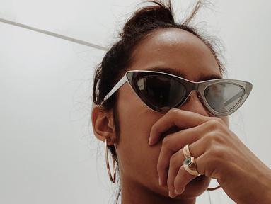 Pemilik nama lengkap Andi Mutiara Pertiwi Basro terlihat begitu trendi dengan kacamata berbentuk segitiga dan berwarna hitam. Tara memang selalu tampil nyentrik di berbagai kesempatan. Wajar saja dengan penampilan nyentriknya, ia dianggap sebagai seleb yang trendi. (Liputan6.com/IG/@putramare)