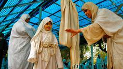 Pengikut agama Sabean Mandaean berdoa dekat Sungai Tigris saat perayaan Banja atau Pesta Kreasi, Baghdad, Irak, Senin (15/3/2021). Pengikut Sabean Mandaean akan menenggelamkan diri ke Sungai Tigris selama ritual tahunan ini. (AP Photo/Hadi Mizban)