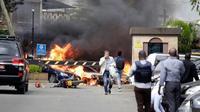Sejumlah kendaraan terbakar di lokasi penyerangan sebuah kompleks hotel mewah di Nairobi, Kenya, Selasa (15/1). Terdapat seorang pengebom bunuh diri dalam serangan tersebut. (AP Photo/Khalil Senosi)