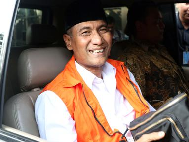 Bupati Kudus, Muhammad Tamzil saat berada di mobil tahanan usai menjalani pemeriksaan terkait dugaan suap pengisian jabatan perangkat daerah di lingkungan Pemkab Kudus, Gedung KPK Jakarta, Sabtu (27/7/2019). KPK menyita barang bukti uang sebesar Rp170 juta. (Liputan6.com/Helmi Fithriansyah)