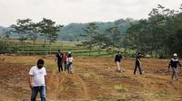 Manajemen PSIS Semarang meninjau lokasi pembangunan lapangan latihan di Salamsari, Boja, Kabupaten Kendal belum lama ini. (Dok PSIS)