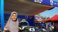 Pembalap berhijab Iis Ariska turun di Fun Race Aerox kelas SMK Yamaha Cup Race 2019 seri Tasikmalaya. (Windi Wicaksono)