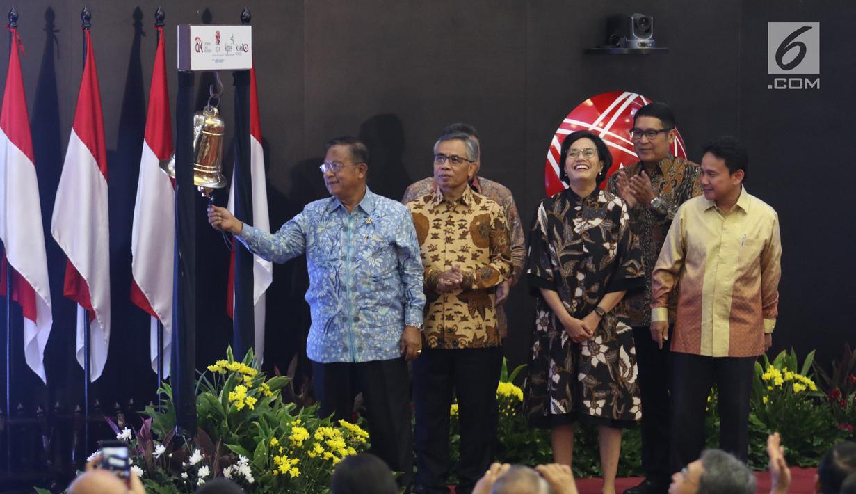 Menko Bidang Perekonomian, Darmin Nasution (kiri) didampingi Menteri Keuangan Sri Mulyani membunyikan lonceng sebagai tanda pembukaan perdagangan saham perdana 2019 di Gedung Bursa Efek Indonesia (BEI), Jakarta, Rabu (2/1). (Liputan6.com/Angga Yuniar)