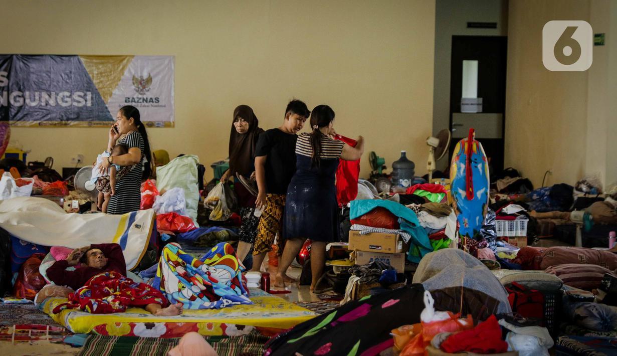 Warga korban banjir masih bertahan mengungsi di GOR Pengadegan, Jakarta, Selasa (7/1/2020). Masih banyaknya warga yang memilih bertahan di pengungsian lantaran kondisi rumah mereka belum memungkinkan untuk ditinggali dan belum adanya arahan dari kelurahan. (Liputan6.com/Faizal Fanani)