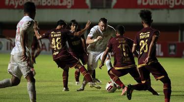 FOTO: 6 Kartu Kuning Warnai Hasil Imbang 0-0 PSM Melawan Persija pada Leg Pertama Semifinal Piala Menpora 2021 di Babak Pertama