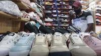 Pedagang sepatu menunggu pembeli di Taman Puring, Jakarta,Rabu (21/10/2020). Menurut pedagang penjualan sepatu di lokasi tersebut menurun hingga sebesar 60% akibat sepinya pengunjung di masa pandemi. (Liputan6.com/Angga Yuniar)