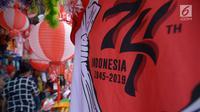 Pedagang bendera Merah Putih di kawasan Pasar Jatinegara, Jakarta, Rabu (14/8/2019). Pedagang musiman memajang beragam jenis aksesoris seperti bendera merah putih, umbul-umbul dan lambang Garuda untuk perayaan HUT ke-74 RI pada 17 Agustus 2019 mendatang. (merdeka.com/imam buhori)