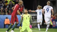 Reaksi dua pemain Portugal, Pepe dan Rui Patricio, saat timnya kebobolan Islandia pada laga Grup F Piala Eropa 2016 di Stade Geoffroy Guichard, Saint-Etienne, Selasa (14/6/2016) atau Rabu dini hari WIB. (AFP/Jeff Pachoud)