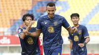 Selebrasi pemain Persela Lamongan, Melvyn Lorenzen usai menjebol gawang Persik Kediri dalam laga Grup C Piala Menpora 2021 di Stadion Si Jalak Harupat, Bandung, Rabu (7/4/2021). (Bola.com/Ikhwan Yanuar)