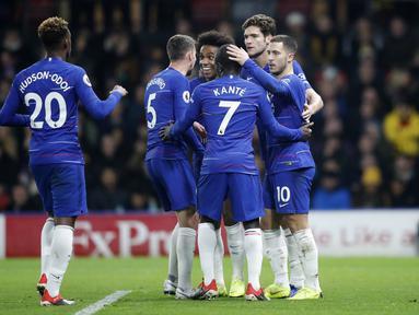 Armada Chelsea merayakan gol pertama yang dicetak oleh Eden Hazard di menit ke-45. pada laga lanjutan Premier League yang berlangsung di Stadion Vicarage Road, Watford, Rabu (24/12). Pasukan Maurizio Sarri menang 2-1 atas Watford. (AFP/AP)