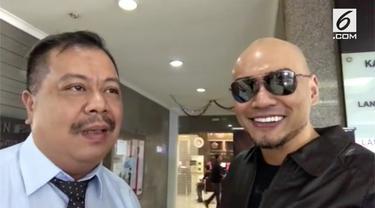 Datang ke kantor pajak, Deddy Corbuzier langsung mengunggah video. Ia mengatakan baru membayar pajak sebesar Rp 2,5 miliar.